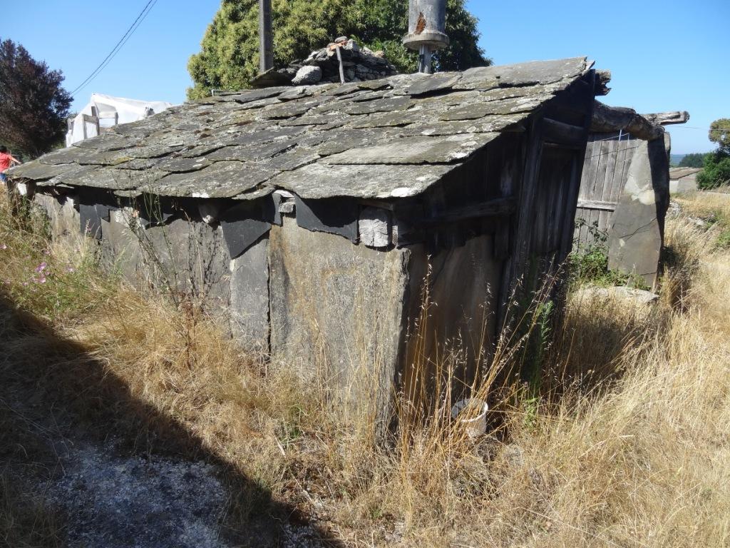 Parcela edificable con casa de piedra, Fazai