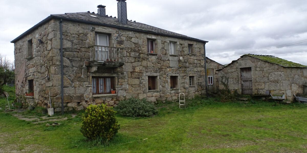 Casa de piedra, Rubiás – A Vila